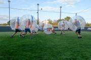 un groupe d'amis joue au bubble foot au bonito foot de colomiers près de toulouse. une personne essaye de se lever et les autres courent