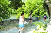 2 femmes font une course d'orientation à Toulouse