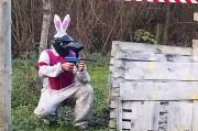 un joueur en lapin fait du paintball près de Toulouse