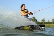 un rider fait du wakeboard à Toulouse