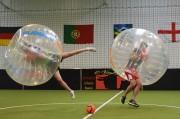 Des amis font un Bubble foot à Toulouse