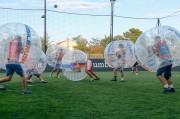 Des potes jouent au Bubble Foot à Toulouse