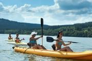 Des amis font une descente en canoë sur la Garonne