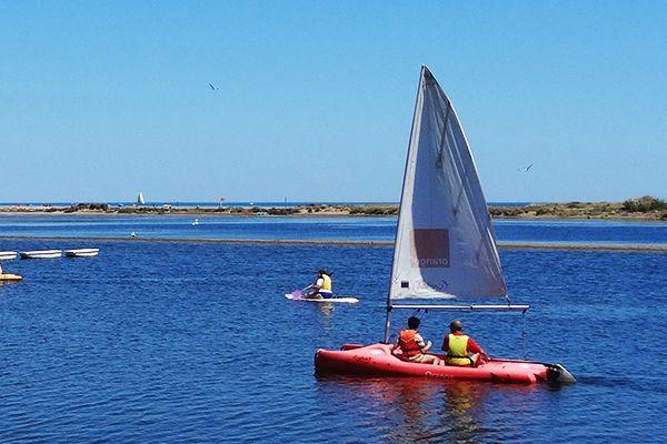 Des personnes font du Catamaran, FunBoat à la Mer