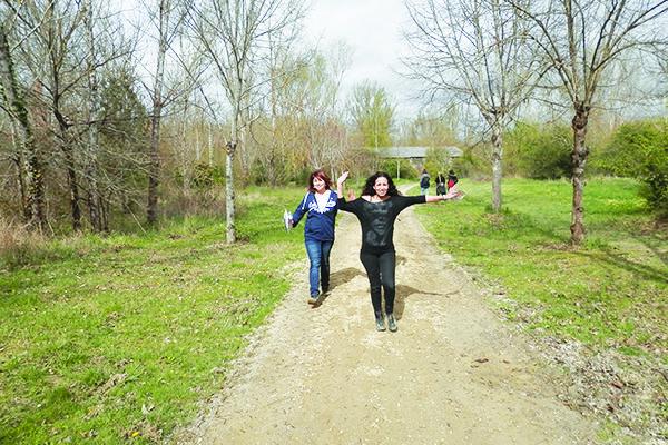 deux femmes font une course d'orientation à Toulouse