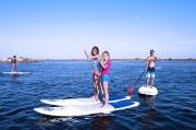 Des jeunes font un cours de paddle à narbonne plage