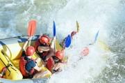 un rafting descend une cascade autour de Toulouse