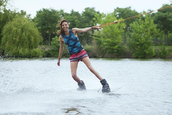 une femme fait du wakeboard à Toulouse