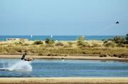 un homme fait une session de wakeboard à Narbonne plage