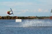 Un rider prend un module en wakeboard à Narbonne Plage