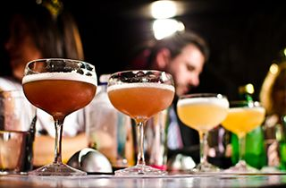 un groupe fait un cocktail party à Toulouse