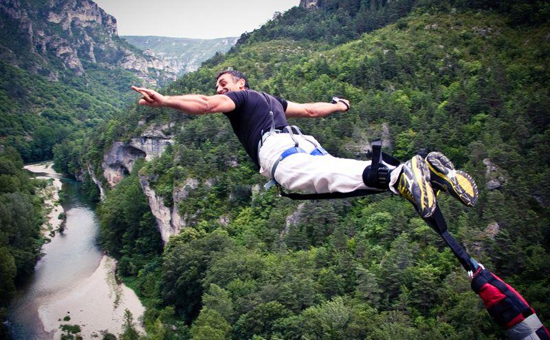 un homme fait un saut à l'élastique au 107
