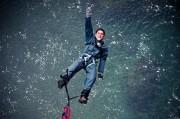 un homme fait un saut à l'élastique proche de Toulouse