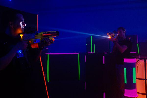 Deux joueurs au Laser Game Toulouse