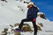 une dame lors d'une balade en raquette dans les Pyrénées