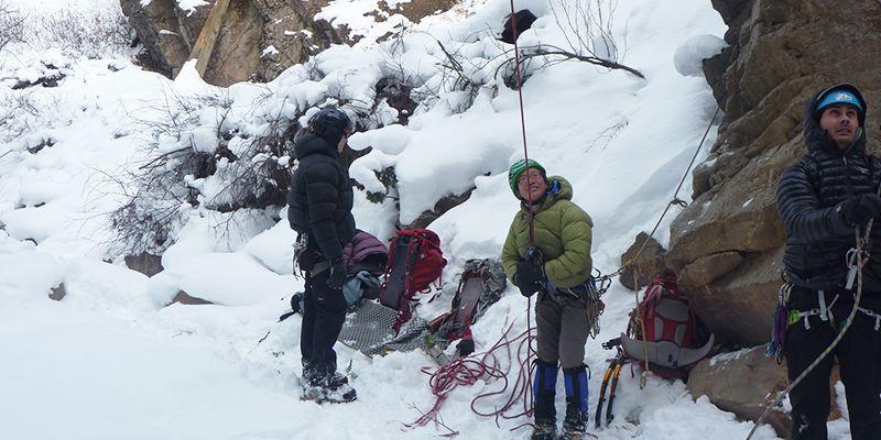 un groupe se prépare pour escalader une cascade de glace