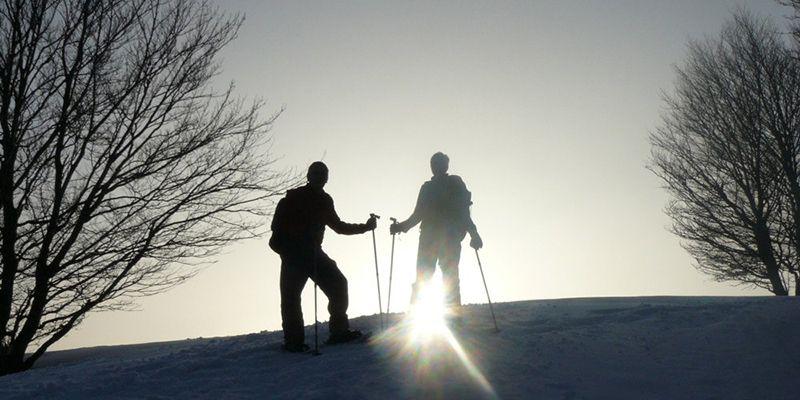 2 personnes lors de la randonnée nocturne en raquette