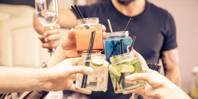 Des personnes font un atelier cocktail à Toulouse