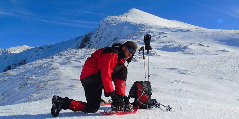 un homme lors d'une randonnée en raquettes à neige proche de Toulouse