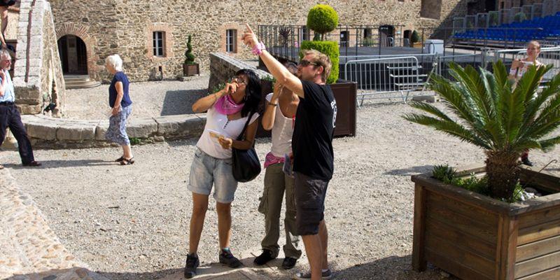 3 personnes font une chasse au trésor à collioure