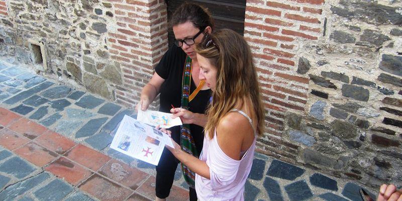 deux filles lors de la chasse au trésor à Collioure