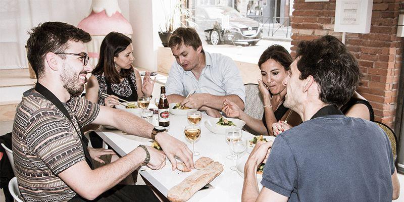 un groupe mange après avoir réalisé un menu de chef