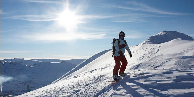 un skieur au sommet pour une descente en ski hors piste