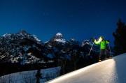un homme avec la frontale lors de la randonnée en ski nocturne à Toulouse